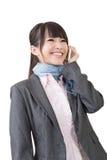 Teléfono móvil asiático del uso de la mujer de negocios Imágenes de archivo libres de regalías