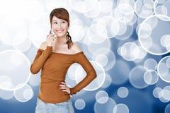 Teléfono móvil asiático sonriente del uso de la mujer joven Imagen de archivo libre de regalías