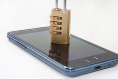 Teléfono móvil bloqueado con la combinación del candado Foto de archivo libre de regalías