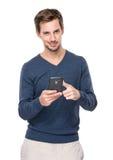 Teléfono móvil caucásico del uso del hombre Imagen de archivo libre de regalías