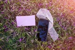 Teléfono móvil, cinta y papel en blanco Imágenes de archivo libres de regalías