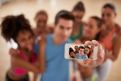 Teléfono móvil como cámara de la foto en el gimnasio, concepto del selfie Imagen de archivo libre de regalías
