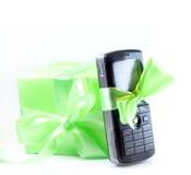 Teléfono móvil como presente foto de archivo libre de regalías
