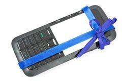 Teléfono móvil como regalo Imagenes de archivo