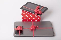 Teléfono móvil como regalo fotos de archivo
