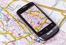 Teléfono móvil con el mapa de camino Foto de archivo libre de regalías
