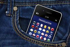 Teléfono móvil con el uso del traductor de la lengua en pocke de los vaqueros Fotos de archivo libres de regalías