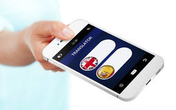Teléfono móvil con el uso del traductor de la lengua sobre blanco Fotografía de archivo libre de regalías