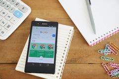 Teléfono móvil con Google app Imágenes de archivo libres de regalías