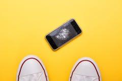 Teléfono móvil con la pantalla quebrada en piso Fotos de archivo libres de regalías