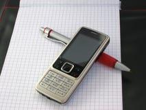 Teléfono móvil con la pluma. Imágenes de archivo libres de regalías