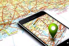 Teléfono móvil con los gps y mapa en fondo Fotos de archivo