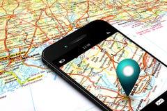 Teléfono móvil con los gps y mapa en fondo imagen de archivo libre de regalías