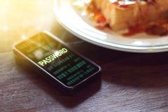 Teléfono móvil, contraseña de robo criminal cibernética del pirata informático del smartphone Fotos de archivo