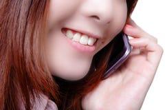 Teléfono móvil de discurso feliz joven de la mujer de negocios Imágenes de archivo libres de regalías