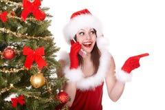 Teléfono móvil de la llamada de la muchacha de la Navidad, árbol de abeto Fotografía de archivo
