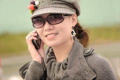 Teléfono móvil de la mujer Imágenes de archivo libres de regalías