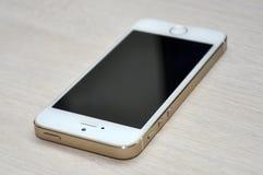 Teléfono móvil de la pantalla en blanco en el fondo de madera Imagen de archivo