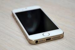Teléfono móvil de la pantalla en blanco en el fondo de madera Fotografía de archivo