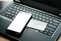 Teléfono móvil de la tarjeta en línea bifactorial de la autentificación imagen de archivo libre de regalías