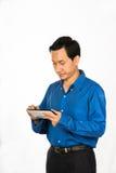 teléfono móvil de negocios de la demostración joven del hombre Foto de archivo libre de regalías