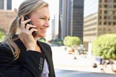 Teléfono móvil de Outside Office On de la empresaria Imagen de archivo libre de regalías