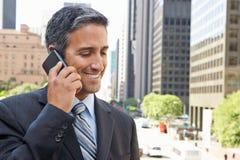 Teléfono móvil de Outside Office On del hombre de negocios Fotos de archivo libres de regalías