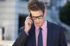 Teléfono móvil de Outside Office On del hombre de negocios Imagenes de archivo