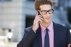Teléfono móvil de Outside Office On del hombre de negocios Imagen de archivo