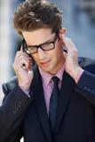 Teléfono móvil de Outside Office On del hombre de negocios Imagen de archivo libre de regalías