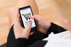 Teléfono móvil de Shopping Online On de la empresaria Imágenes de archivo libres de regalías
