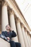 Teléfono móvil de Using del abogado fuera del tribunal Imágenes de archivo libres de regalías