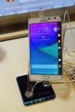 Teléfono móvil del borde de la nota de la galaxia de Samsung Imagen de archivo libre de regalías