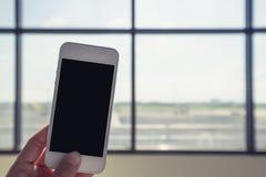 Teléfono móvil del control de la mano foto de archivo libre de regalías