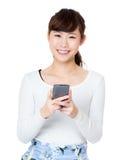 Teléfono móvil del uso asiático de la mujer Foto de archivo libre de regalías