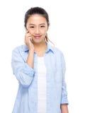 Teléfono móvil del uso asiático de la mujer joven Foto de archivo