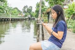 Teléfono móvil del uso de la mujer Fotografía de archivo
