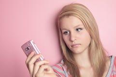 Teléfono móvil del uso del adolescente en su sitio Imagenes de archivo