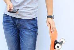Teléfono móvil del uso del skater foto de archivo libre de regalías