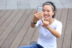 Teléfono móvil del uso del skater de la mujer que toma la foto Imágenes de archivo libres de regalías