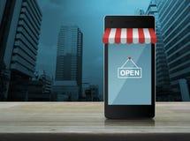 Teléfono móvil elegante moderno con en la línea gráfico de la tienda de las compras fotografía de archivo libre de regalías