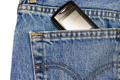 Teléfono móvil en bolsillo de los pantalones vaqueros Foto de archivo libre de regalías