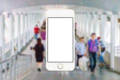 Teléfono móvil en caminar borroso de la gente Foto de archivo