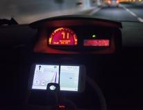 Teléfono móvil en el auto Foto de archivo libre de regalías
