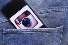 Teléfono móvil en el bolsillo Imagen de archivo libre de regalías