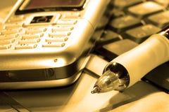 Teléfono móvil en el ordenador imagen de archivo libre de regalías