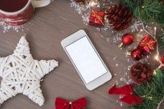 Teléfono móvil en la decoración retra de Navidad con el calendario Fotos de archivo