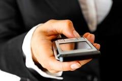 Teléfono móvil en mano de la mujer. Comunicación móvil fotos de archivo libres de regalías