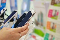 Teléfono móvil en tienda fotos de archivo