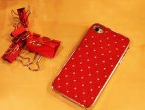 Teléfono móvil en tope rojo con los cristales Fotografía de archivo